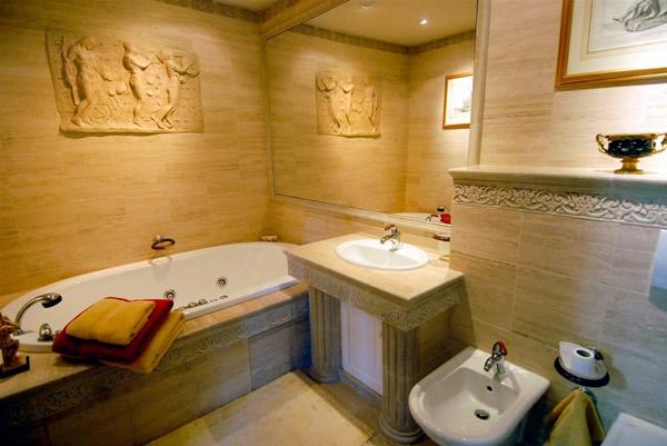 Small Bathroom Interior Decoration With Bathtub