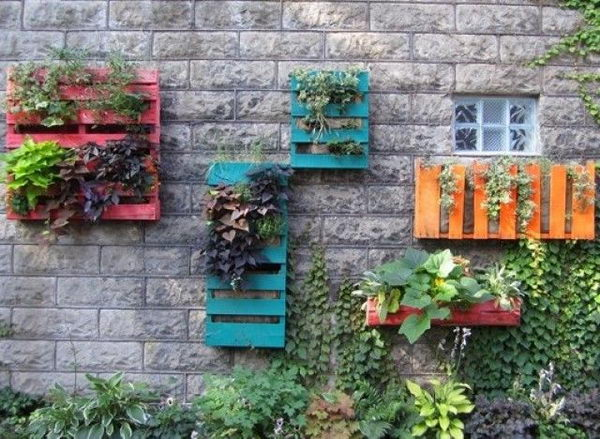 Old Pallets Wall Garden Primitive Decorating Idea,