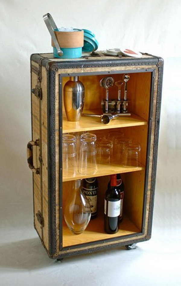 This DIY rolling bar from old trunk is not only functional, but aesthetically pleasing.