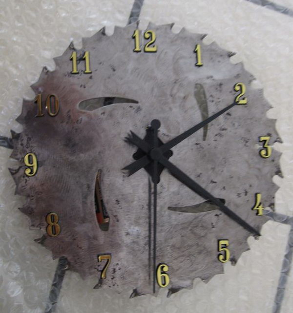 What a cool gift idea for men with this DIY saw blade clock.
