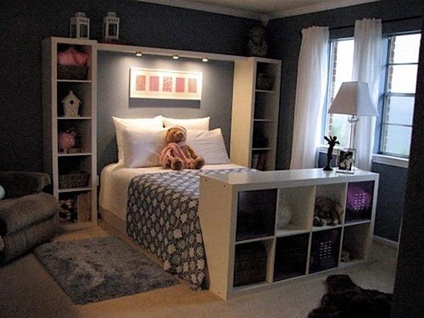The lighting design of this bedroom is a good choice for people who have a habit of night reading. At the same time, it is a brilliant idea to use the integrated shelves in headboard.