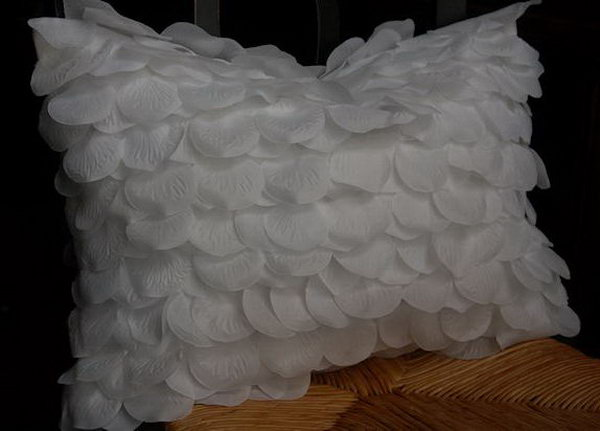 Learn the tutorial of this beautiful rose petal pillow