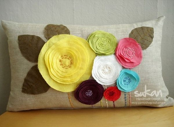 This DIY flowers pillow gives a spring touch to your living room.