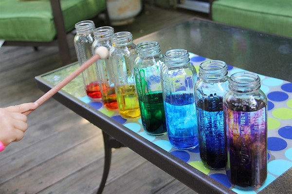 20 cool and fun water play ideas for kids in summer for Making glasses from bottles