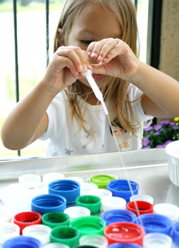 Bottle cap fine motor play - Promote fine motor skills and beginning measurement with this easy prep water play activity. Great game for toddlers and preschoolers.