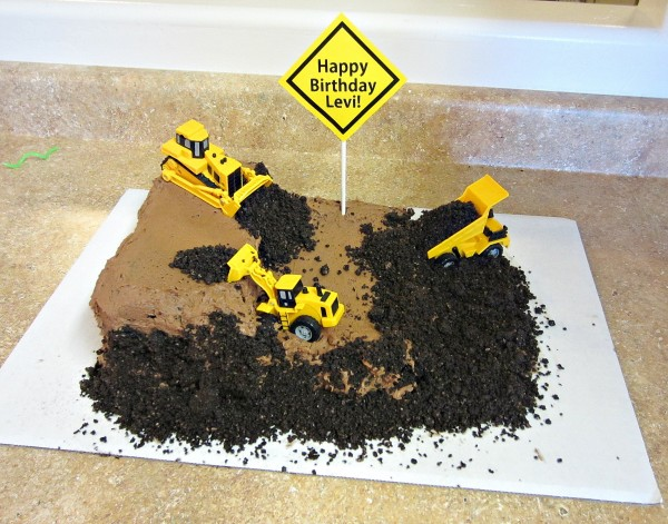 Construction Work Birthday Cake: Use chocolate cake, chocolate frosting and Oreo