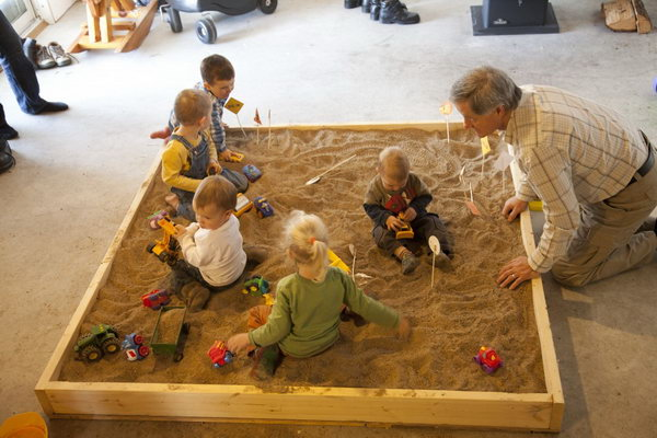 Truck Birthday Party Activity: Little boys always has strong liking on excavators. The indoor sandbox was a huge hit for the little ones digging with their excavators.