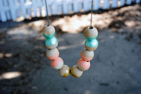 Color-Dipped Wooden Beads. Check out the tutorial