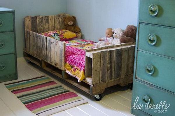 DIY Toddler Pallet Bed. Get the tutorial