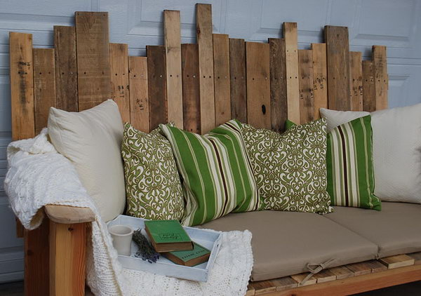 DIY Outdoor Pallet Sofa.  See the tutorial
