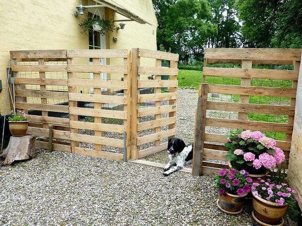 DIY Pallet Fence. Get the tutorial