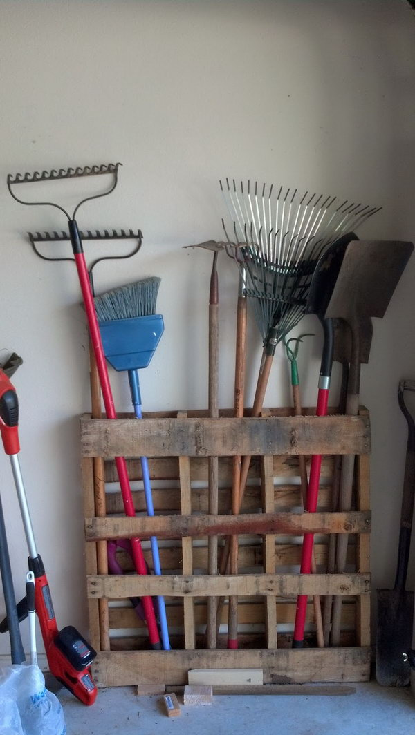 15 Minutes Pallet Project: Long Handled Garage Tools Storage.